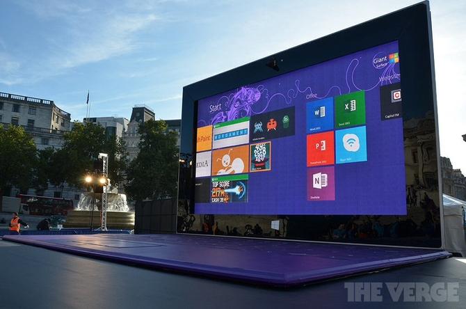 Microsoft установила в центре Лондона гигантский планшет Surface