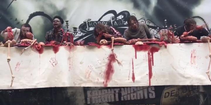 Креатив в Outdoor: в Лондоне появился кровавый билборд с живыми мертвецами