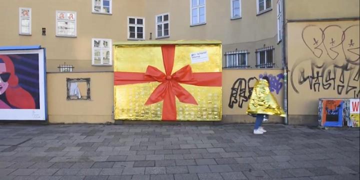 В Берлине появился самый теплый постер