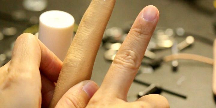 KFC создал синтетический палец, чтобы не запачкать смартфон