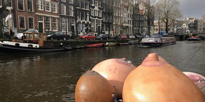 Женскую грудь отправили по каналам Амстердама в честь Международного женского дня